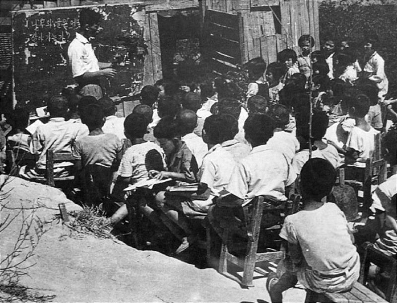 6.25전쟁중 임시로 판자집을 지어 만든 학교.jpg
